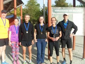 Glada löpare efter målgång och prisutdelning